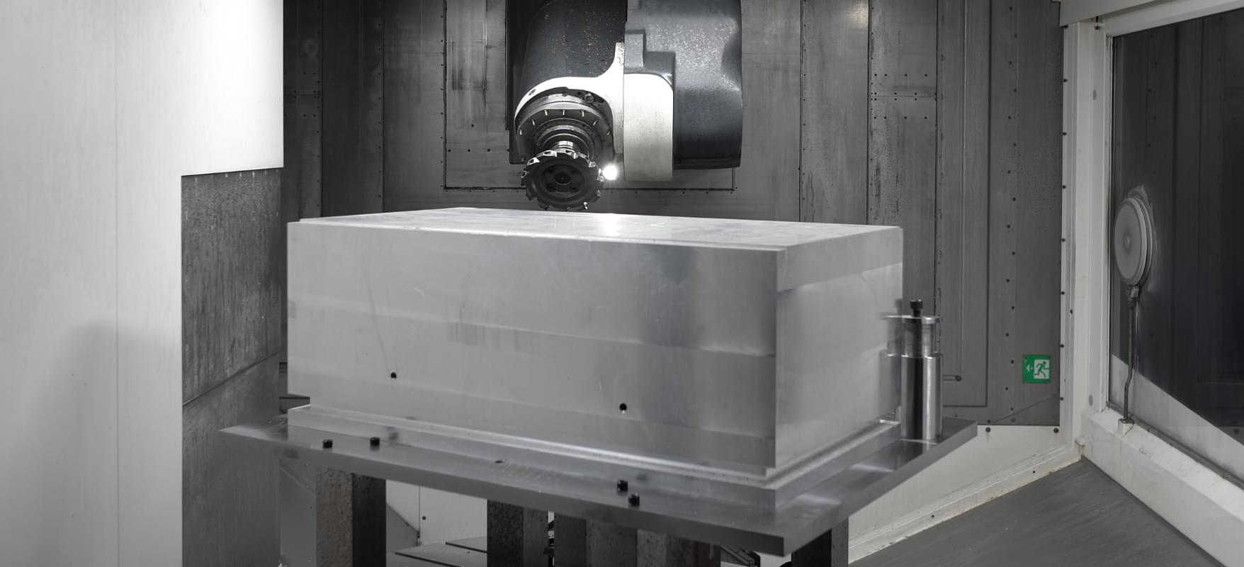 最新鋭の5軸加工機を用いて最大φ1600×1100まで対応可能